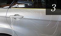車体が汚れないようにビニールマスカーで保護
